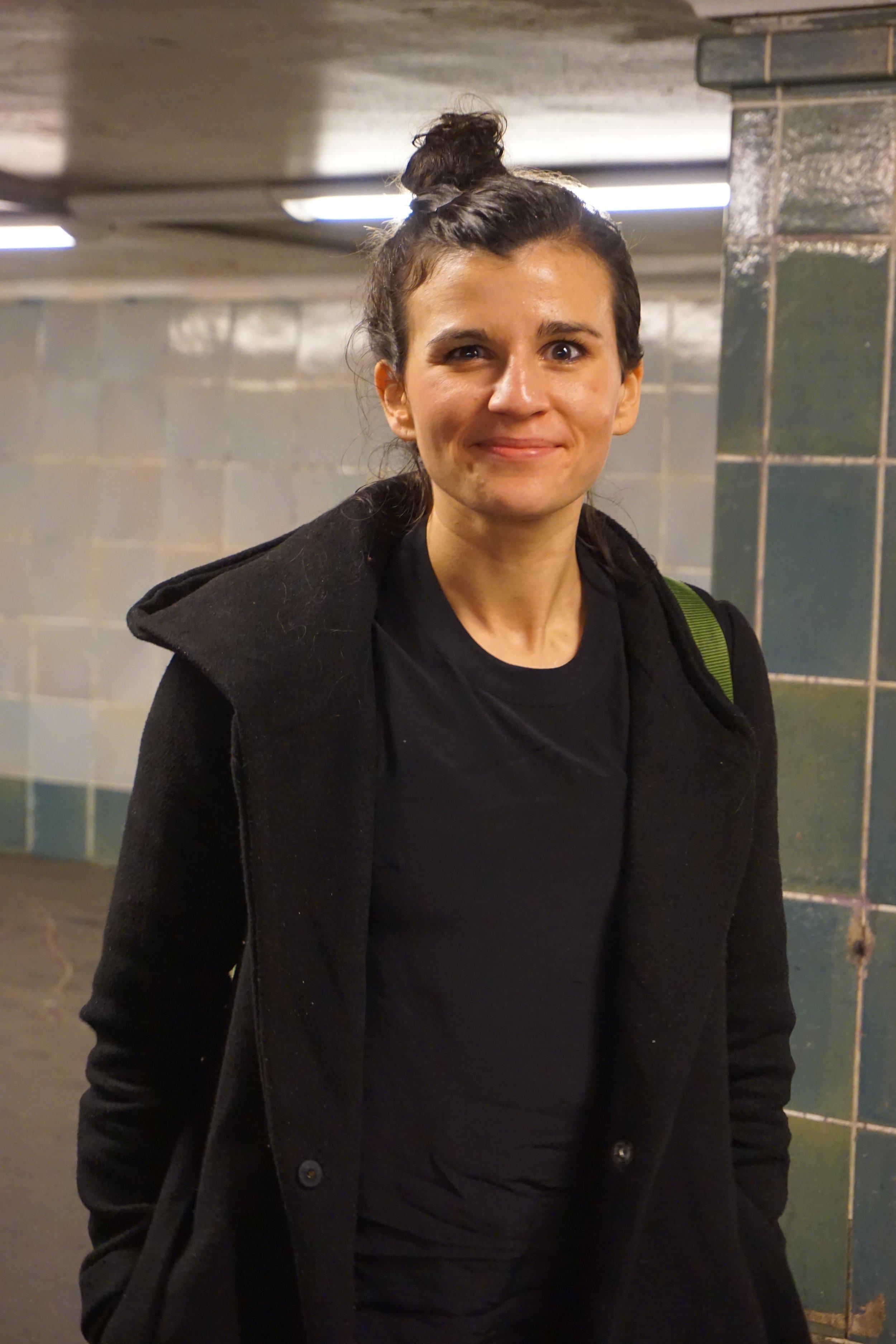 """Kathi - ist eine der Gründerinnen von Siya.Yoga. Sie bezeichnet die Marke, die aus ihrem ersten Projekt Edelkraft gegründet wurde, als ihr Baby. Neben ihren anderen """"Babys"""": Kathi hat zwei Kinder (acht und drei Jahre alt). Sie ist ausgebildete Erzieherin.Lieblingsasana auf dem Hocker: Krähe"""