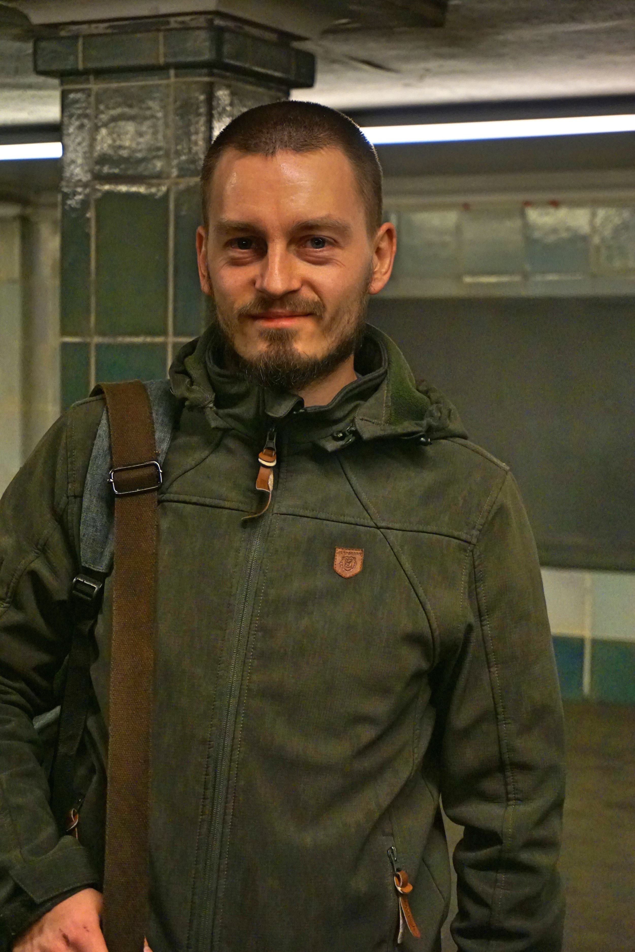 Georg - ist nicht nur Kathis Geschäftspartner, sondern auch ihr Lebensgefährte. Er hat Informatik in Berlin studiert, in diesem Job gearbeitet, ehe er sich für die Selbstständigkeit entschlossen hat.Liebelingsübung auf dem Hocker: Liegestütze und Handstand