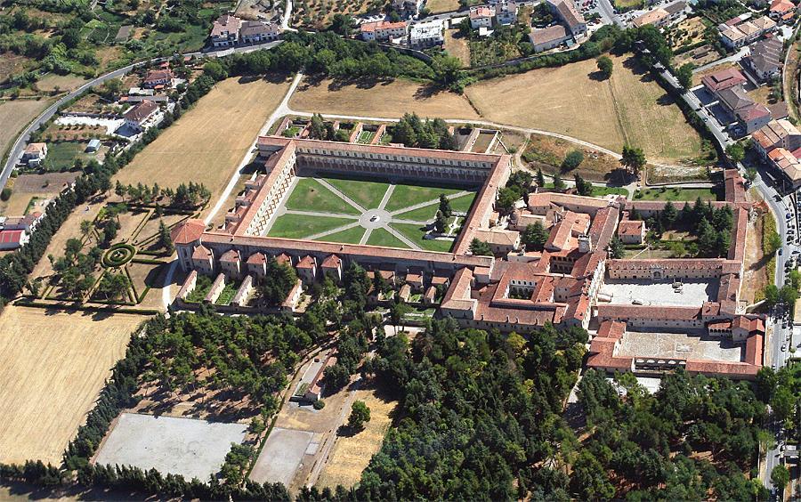 De enorme kloostergang van boven gezien.