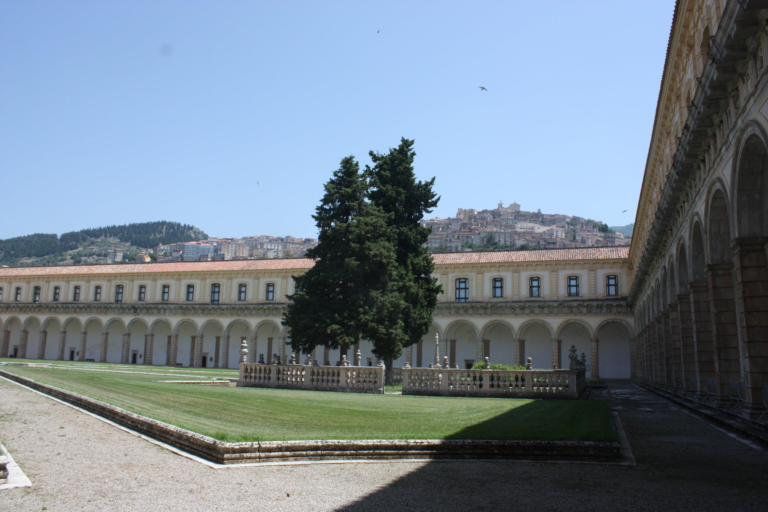 De prachtige kloostergang.