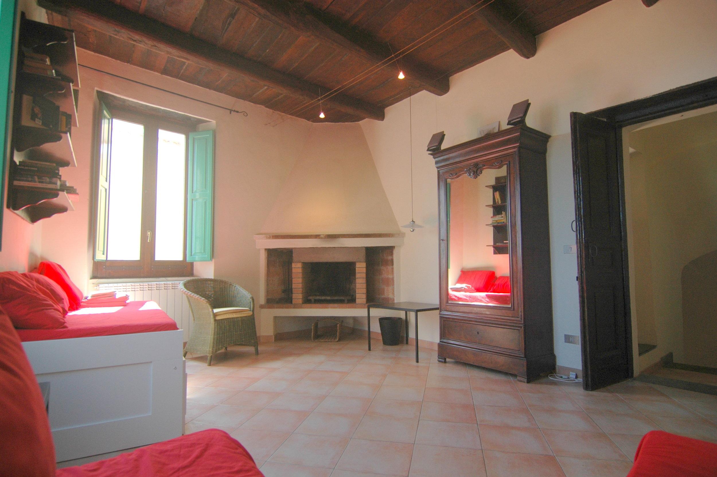 Slaapkamer-woonkamer met openhaard.JPG