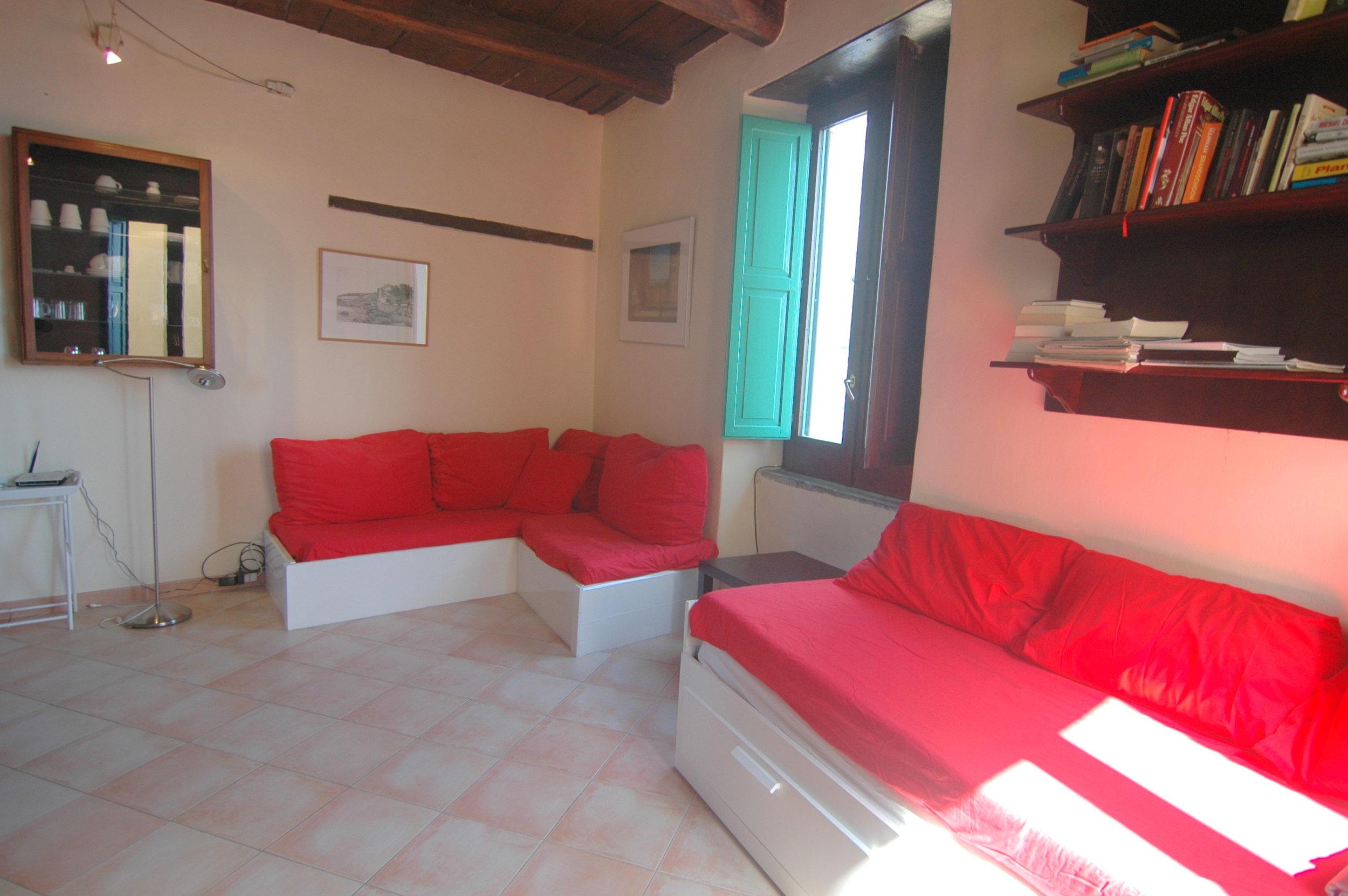 Woon-slaapkamer met 2 bedbanken.JPG