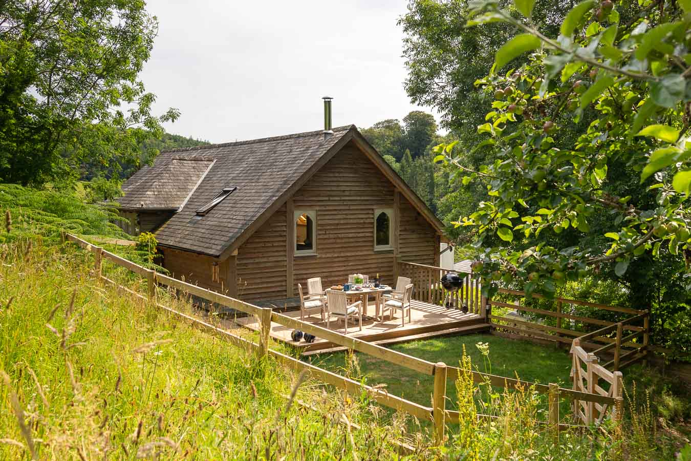 Orchard Lodge gets its name from being nestled on the edge of the 3 acre Orchard. You et exclusive views of the rustling grasses and ancient apple trees at Flear Farm.