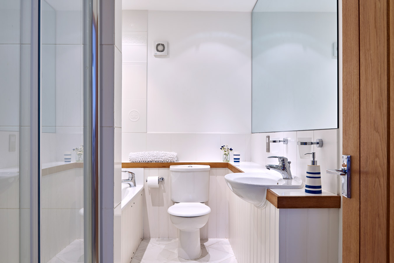 The bath and separate walk in shower in the king size bedroom of Orchard Lodge, Flear Farm.