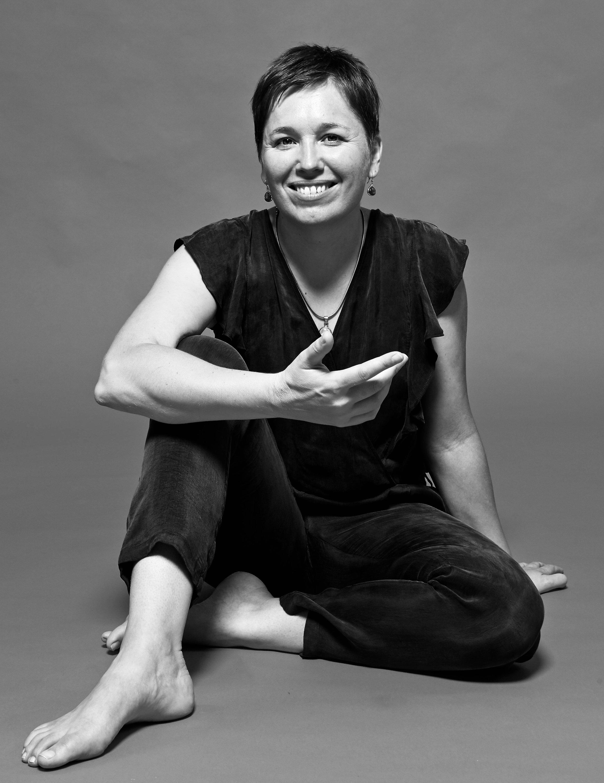 Lucie Martineau - Lucie est une chercheuse dans l'âme, son caractère volontaire et enthousiaste rendent son accompagnement dynamique et sincère. Profondément engagée dans un désir de cohérence et d'efficacité, elle poursuit son travail personnel intérieur et se forme régulièrement. Son expérience, son cadre et sa puissance permettent de se sentir rassuré et soutenu dans l'exploration intérieure.Envoyer un mail à Lucie ➝