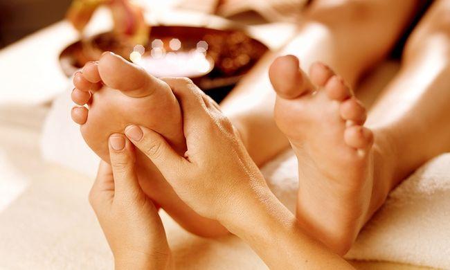 Le massage réflexe des pieds - Le massage des pieds permet de détendre tous le corps et de réguler les différentes fonctions, hormonales, digestives, structurelles, éliminatoires …Les pieds sont aussi la zone du corps en lien avec la terre, c'est l'endroit privilégié à masser pour revenir dans son axe, dans sa présence.