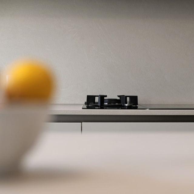 /Projet SAINT JEAN⠀⠀⠀⠀⠀⠀⠀⠀⠀ .⠀⠀⠀⠀⠀⠀⠀⠀⠀ Maximiser la pureté des lignes d'une cuisine fait partie de nos « combats » quand on dessine. On privilégie une crédence monobloc dans la matière du plan de travail. Cela évite les rupture et améliore évidemment la facilité d'entretien !⠀⠀⠀⠀⠀⠀⠀⠀⠀ .⠀⠀⠀⠀⠀⠀⠀⠀⠀ ici un stratifié texturé de chez SNAIDERO CUCINE.⠀⠀⠀⠀⠀⠀⠀⠀⠀ .⠀⠀⠀⠀⠀⠀⠀⠀⠀ projet by #terredebrume⠀⠀⠀⠀⠀⠀⠀⠀⠀ photo by #lukvanderplaetse