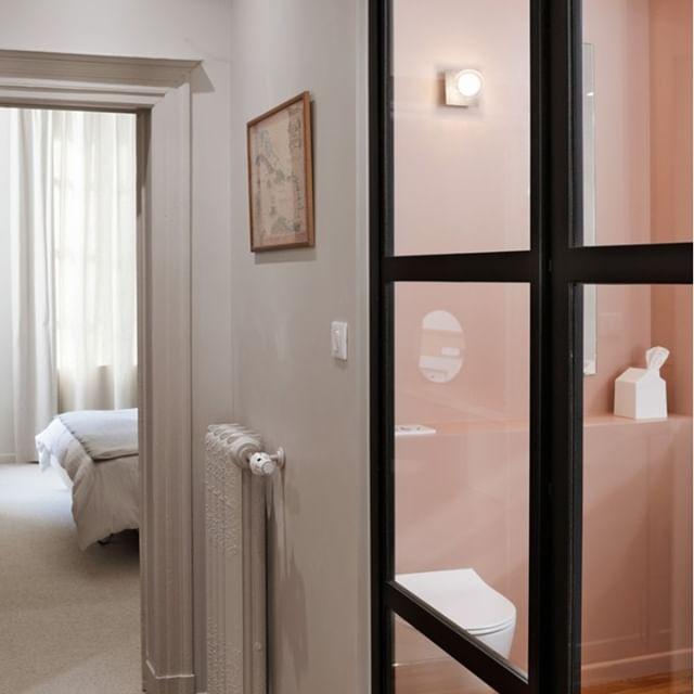 /Projet SAINT JEAN⠀⠀⠀⠀⠀⠀⠀⠀⠀ .⠀⠀⠀⠀⠀⠀⠀⠀⠀ Ouvrir la salle de bain sur le couloir privatif de la suite parentale. Voilà une configuration idéal. De l'intimité mais pas de fermeture trop étouffante pour une petite pièce où l'on passe du temps !⠀⠀⠀⠀⠀⠀⠀⠀⠀ On a cloisonné avec une verrière classique et efficace et peint les murs en ROSE TURC / notre couleur chouchoute de l'année dernière ;-)⠀⠀⠀⠀⠀⠀⠀⠀⠀ .⠀⠀⠀⠀⠀⠀⠀⠀⠀ .⠀⠀⠀⠀⠀⠀⠀⠀⠀ projet by #terredebrume⠀⠀⠀⠀⠀⠀⠀⠀⠀ photo by #lukvanderplaetse
