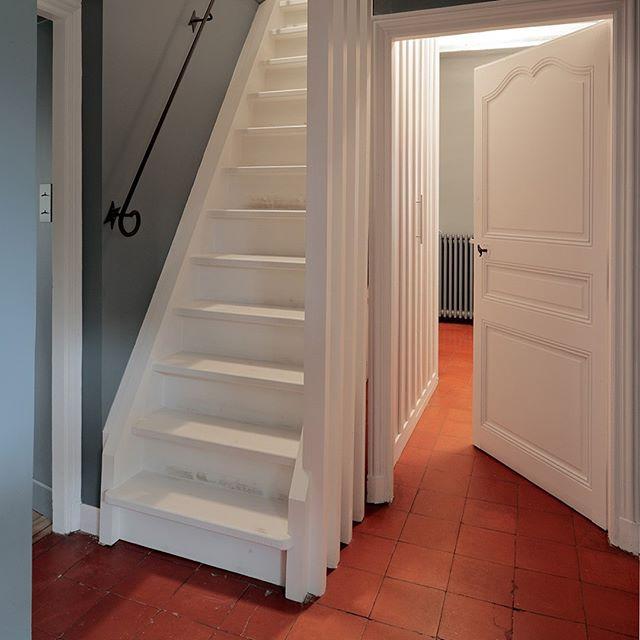 // PROJET CROISETTE⠀⠀⠀⠀⠀⠀⠀⠀⠀ .⠀⠀⠀⠀⠀⠀⠀⠀⠀ Une fois que nous avions pensé aménager les combles, il fallait intégrer l'escalier dans notre aménagement.⠀⠀⠀⠀⠀⠀⠀⠀⠀ .⠀⠀⠀⠀⠀⠀⠀⠀⠀ Nous avons dessiné un claustra en bois peint tout simple pour habiller l'escalier de meunier et ajouter un placard à la salle de bain.⠀⠀⠀⠀⠀⠀⠀⠀⠀ . #escalier #menuisier #bois #combles #interiordesign #manoir #normandie #renovation #terredebrume⠀⠀⠀⠀⠀⠀⠀⠀⠀ ⠀⠀⠀⠀⠀⠀⠀⠀⠀ project by @terredebrume⠀⠀⠀⠀⠀⠀⠀⠀⠀ photo by @lukvanderplaetse