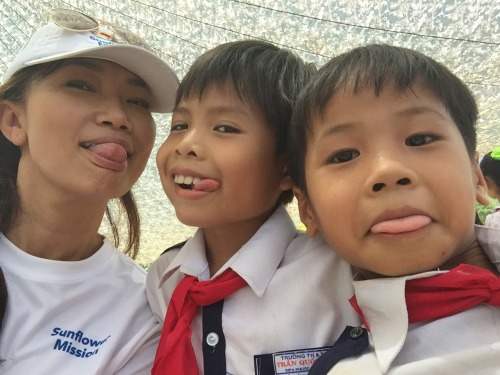 Stephanie takes a selfie with local students at the Tien Ngoc school. (Photo: Stephanie Nguyen)