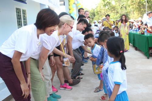 Cate Prescott and SM volunteers hand out gifts for kindergarten children at the Tien Lap kindergarten. (Photo: Dan Q. Dao)