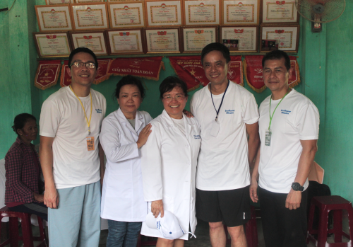 The medical team with Dr. Hang Bui at center. (Photo: Dan Q. Dao)
