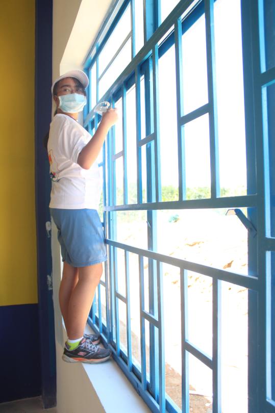 Katie paints a window (Photo : Dan Q. Dao)