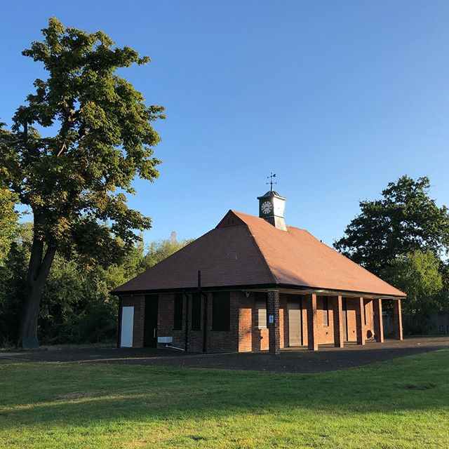 The Woodfield Pavilion is really glowing in the morning sun today.  Happy Wednesday 😁 . . #nicetobeupearly #morningsunshine #woodfieldpavilion #tootingcommon #redbrick Picture - @1isthinking