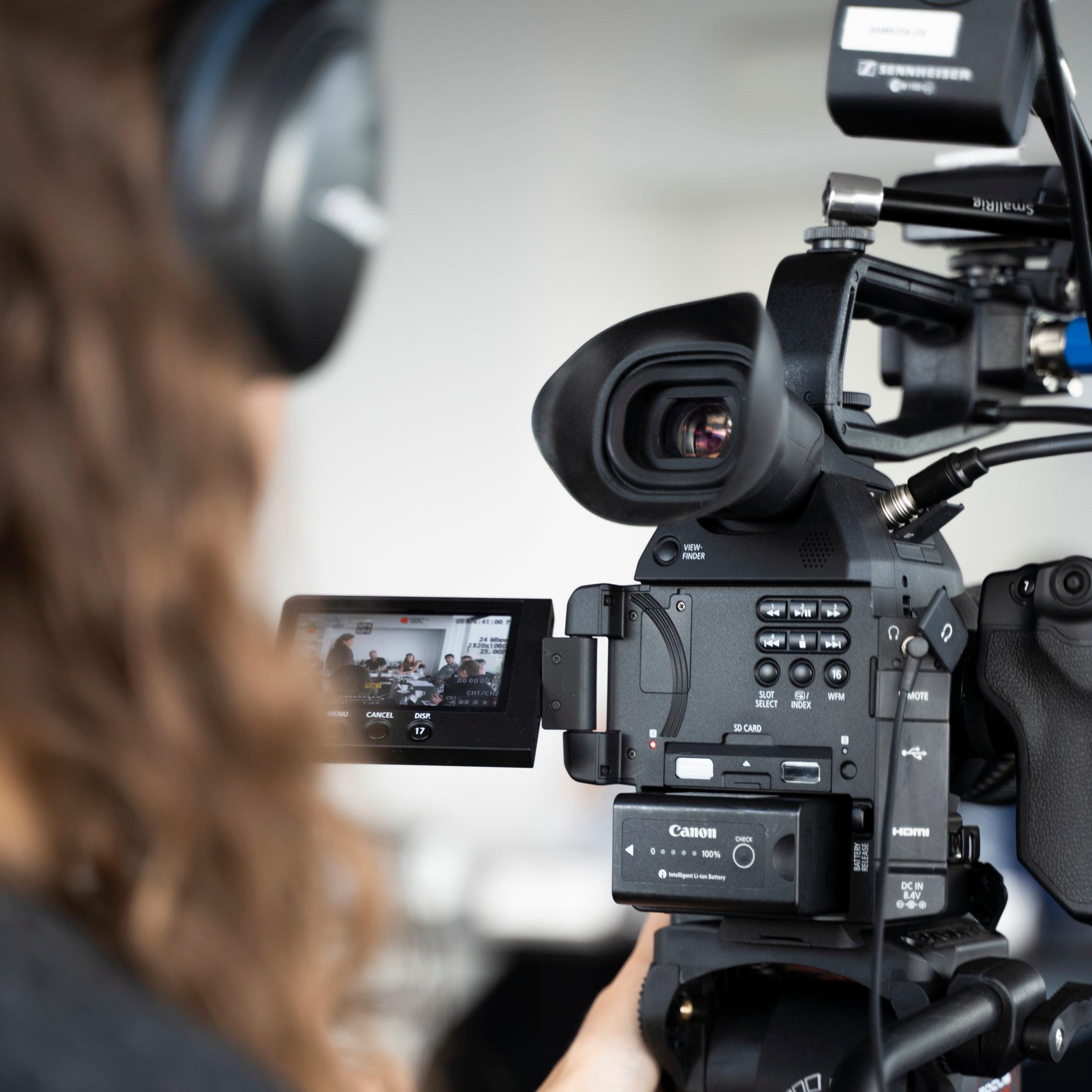 Videograf - I mangler en til at lave selve optagelserne dvs. sætte lys, filme og lave lyd. I har selv skrevet manus/spørgsmål til interview, fundet et lokale og personer der skal være med. I står selv for at interviewe på dagen og efterfølgende at klippe materialet.