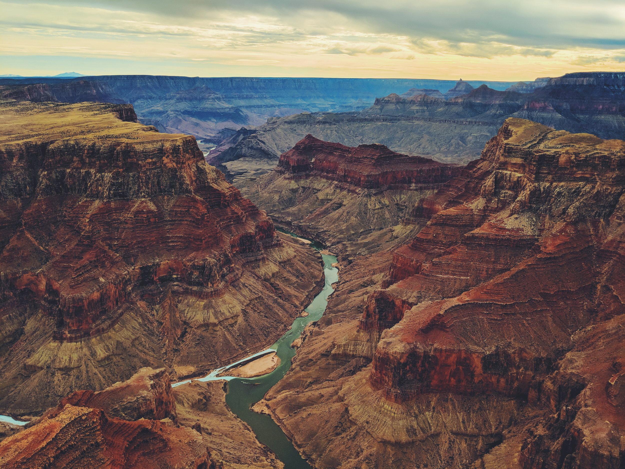 Grand Canyon - El imponente Gran Cañon con su inmenso tamaño y al fondo el Río Colorado.