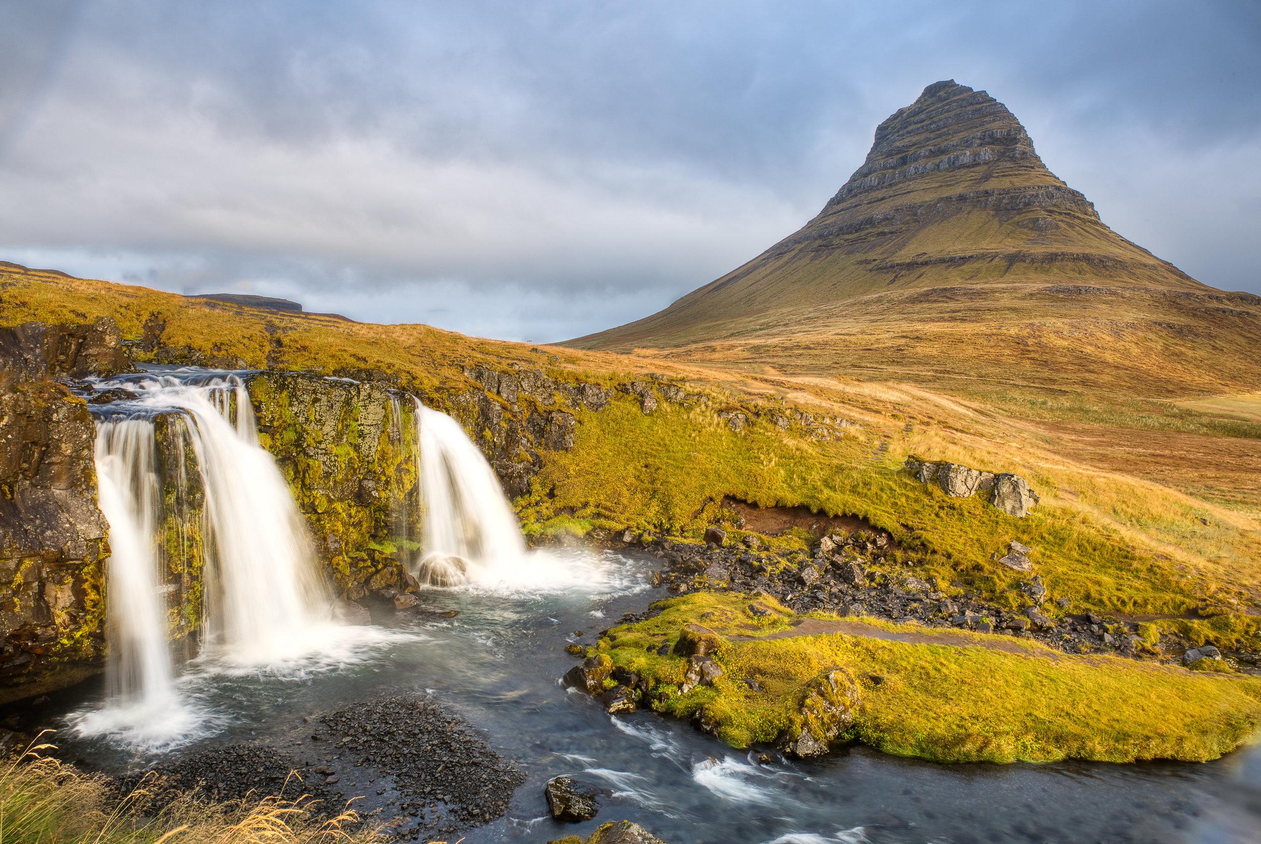 Kirkjufell - Una montaña junto a unas cascadas. Postal de Islandia.
