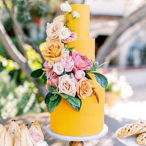 A beautiful and modern way to incorporate mango into your Indian wedding. This is stunning @pinkertonphoto #repost @ruzecakehouse @revelweddingcompany  @luxflorist @elchorroweddings
