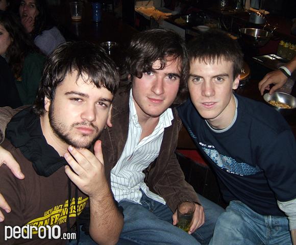 Pedro con Guille y Valdés, dos genios. Pedro se atusa su barba con cara de falsa inteligencia.