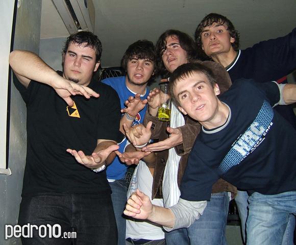 Alex, Gil, Guille, Rubén y Valdés. La depravación alcoholica de estos jóvenes no conoce límites. Que grande la camiseta de Zelda de mi primo, por cierto.