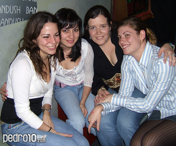 Laura, Sandra, Silvia y Patricia. Dos de ellas han aprendido que no se debe mirar a la cámara cuando te sacan una foto, queda la cosa más variada.