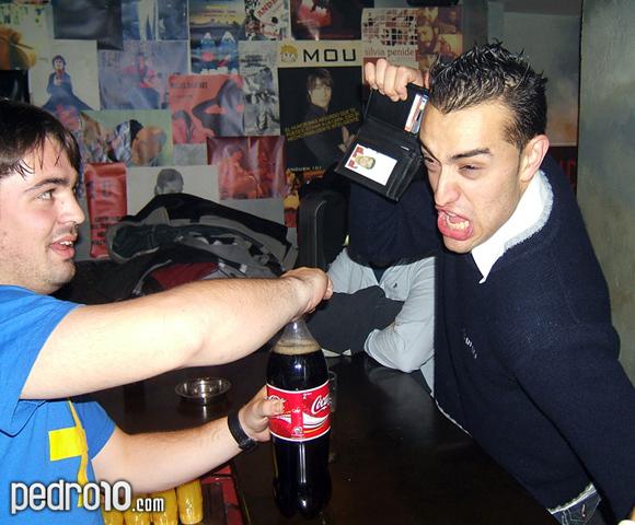 Chamb enseña a Pol su identificación demostrando que es mayor de edad y puede tomar coca-cola.