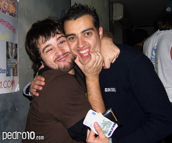 Pedro y Chamb dándole 5 euros para que le suelte.