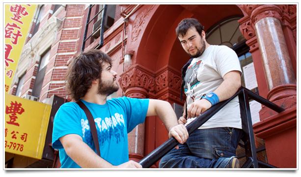 2009, NYC. Con mi primo Alex en la casa de FOTC. Llevo una de las camisetas de Katamari de Panic.