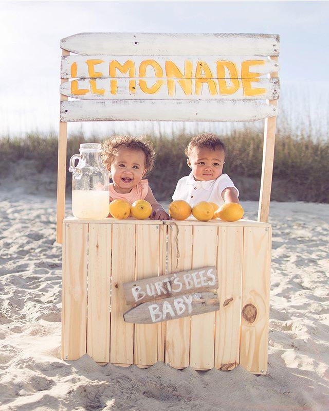 🍋 🍋 🍋  Summer Fridays! Who wants some lemonade?! 🤗 @burtsbeesbaby @branch.babies @travelingwithaking #lemonadestand