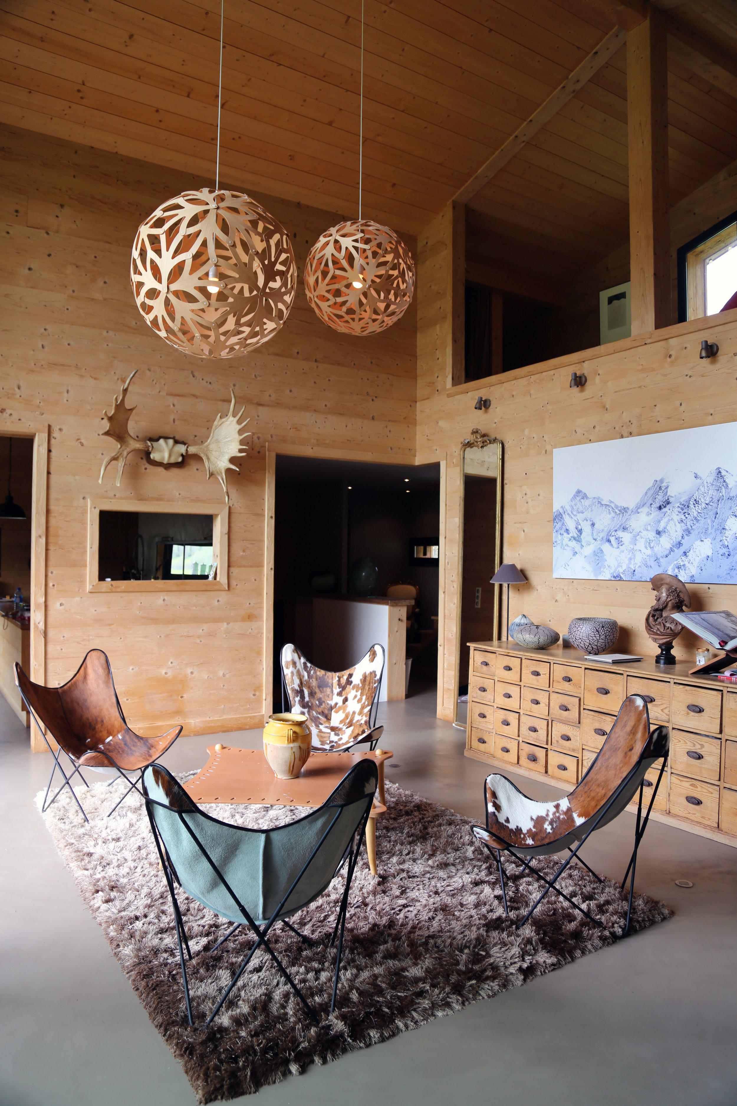 la maison de famille - C'est un chalet de famille à louer dans les montagnes de la Haute Savoie. Idéalement situé (au bord d'un champ avec des chevaux l'été, qui devient une piste de ski l'hiver) le chalet se trouve à seulement 5 minutes à pieds du village et 5 minutes en voiture des remontées mécaniques du domaine skiable.Ce chalet de charme offre une vue panoramique sur les montagnes des Contamines-Montjoie, autant appréciable l'été que l'hiver.Le chalet aux finitions soignées et à la décoration d'un refuge de montagne XXL dispose d'une surface totale de 400 m2 repartie sur 2 niveaux plus mezzanine.Pour les adultes vous disposez de 5 chambres double, coté enfant, un dortoir et 2 chambres doubles en mezzanine ainsi que 5 salles de bain. Une cuisine entièrement équipée, 2 salons TV ainsi qu'un sauna / hammam située à l'extérieur face à la montagne accessibledirectement depuis le chalet.Le chalet entier est à louer et tout est pensé pour que vous profitiez d'un cadre exceptionnel en pleine nature.