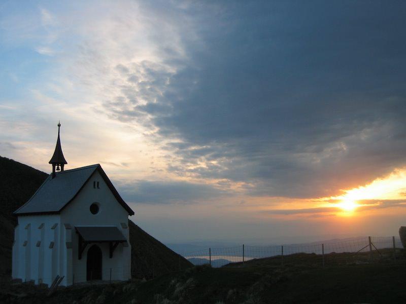 Korporation Hergiswil Sonnenaufgang Klimsenhorn Kapelle 200412.jpg