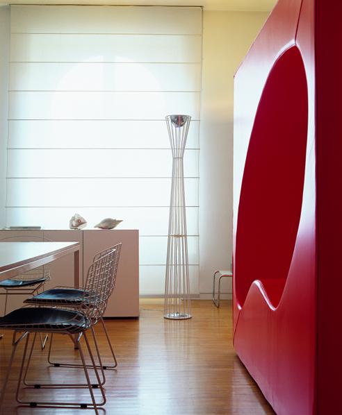 Lightwire - Rotaliana, 2003 - 2019con Dante DoneganiLightwire è la smaterializzazione del luminatormodernista, la sua rappresentazione con un programma di modellazione wire-frame di grafica computerizzata. La lampada è una struttura leggera e trasparente, realizzata in tondino di ferro elettrosaldato per punti. Gli elementi tecnici sono trasparenti, indipendenti dalla struttura, galleggiano dentro di questa. In alto, il riflettore in metallo per l'emissione a luce indiretta e il vetro stampato nella versione a luce diffusa sono stati sostituiti nel 2019 da una scheda LED integrata nella struttura: un ulteriore passo verso la smaterializzazione del luminator.