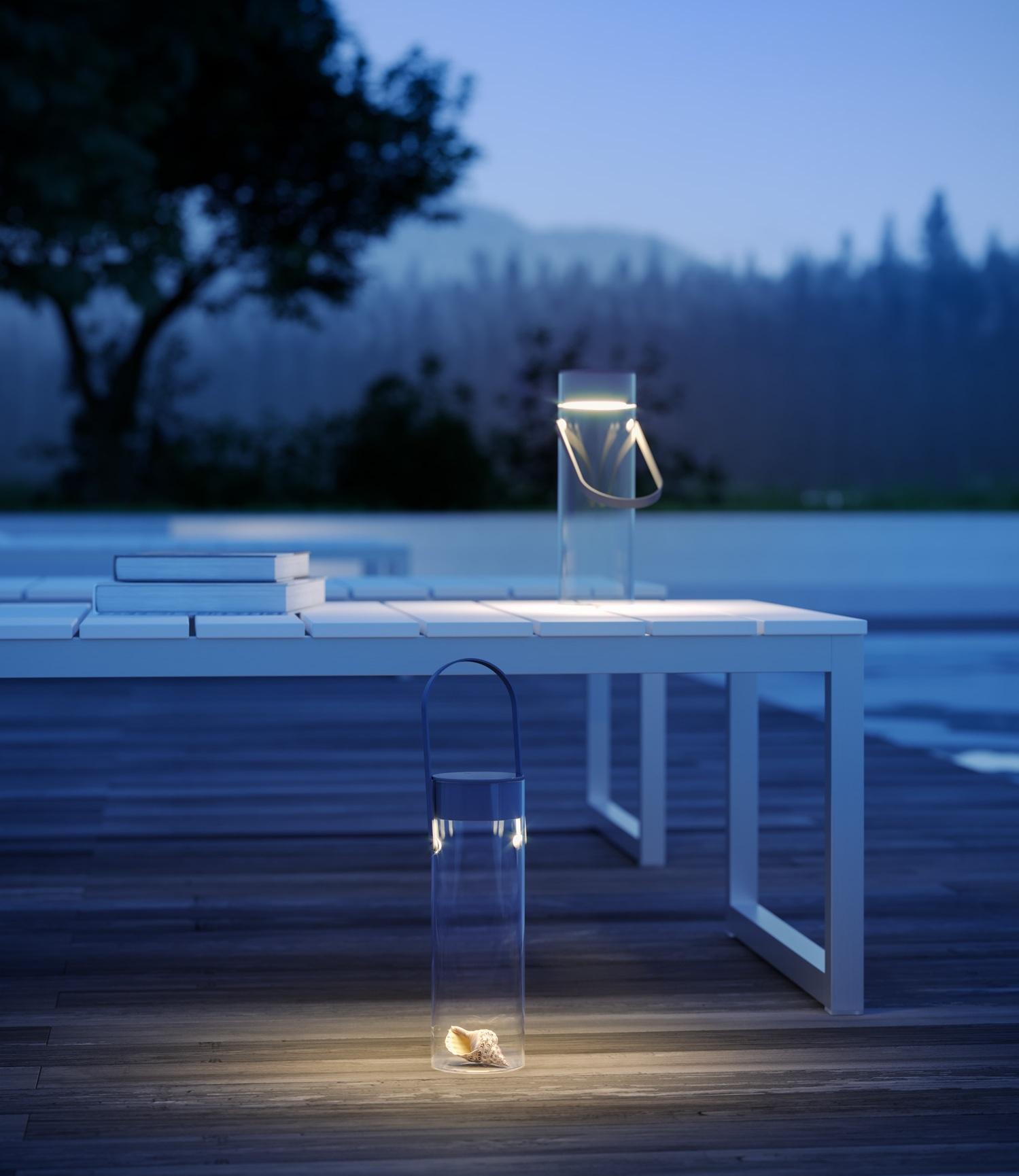 """Chiardiluna - Rotaliana, 2019con Dante DoneganiE' una lampada portatile composta da un vetro in cui è alloggiato un """"tappo"""" luminoso e da un manico smontabile in acciaio e plastica. La luce LED si distribuisce delicatamente - come la luce della luna piena- sul piano di appoggio della lampada: un tavolo in giardino, il pavimento di un terrazzo. Il """"tappo"""" luminoso è rimovibile ed è alimentato da batterie ricaricabili utilizzando la basetta per la ricarica wireless; sul coperchio è inserito un interruttore /dimmer a sfioro. All'interno del contenitore in vetro sono inseriti degli animaletti segnaposto in vetro soffiato di Murano."""