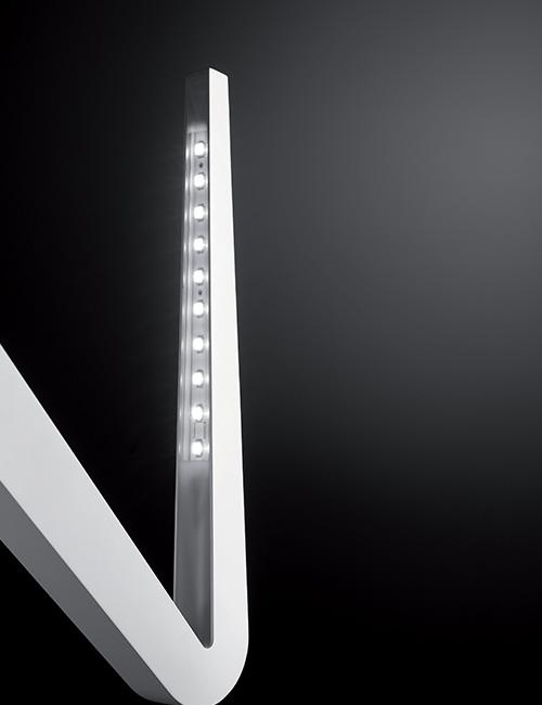 Tick - Rotaliana, 2011con Dante DoneganiÈ una lampada a luce indiretta da parete o da soffitto che può essere montata in verticale o in orizzontale, a testa in su o capovolta. La lampada in pressofusione di alluminio contiene in un unico corpo la sorgente LED, le componenti elettroniche ed il sistema di fissaggio a muro.