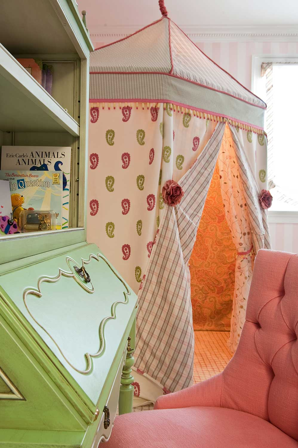 decorative_play_tent_for_girls_room_with_desk.jpg