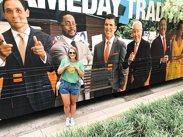 College Gameday ✅ this was my second time seeing the show in person and it's one of my favorite parts of football season! Hanging out in Ft. Worth until the game tonight, ScoDucks! . . . #xoxolovelaura #collegegameday #goducks #collegefootball #abercrombie #oregonfootball #discoverunder5k #ftworth #fortworth #footballfan #pnwblogger #pdxblogger #oregonblogger #portlandblogger #nikewomen #hellosummer