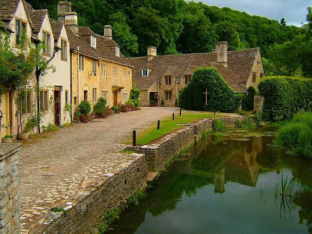 Due to popular demand we are doing our Bath & English Villages Tour again for a few Sundays! £50 on our website!  9:30am- Depart Park Royal Station (Piccadilly Line) in the backpacker bus! - Have a walking tour around Bath led by our guide, with some English food samples involved!! - Free time in Bath to visit the Roman Baths (entry not included) and even sample the water if you're brave... or explore the Abbey. - Next we'll take you around a small village outside Bath called Lacock where Harry Potter and Fantastic Beasts have both been filmed at some point! Also buy some local jam or meringues with the 'honesty box' system they have in this village - Finally we'll visit Castlecombe with its thatched roofs, described as 'the prettiest village in England'! Hang out with an amazing bunch of people, make new friends and see a bit more of England on our backpacker bus!  Booking and more information at www.thefullenglishbb.com  #backpacker #travel #backpacking #travelgram #wanderlust #instatravel #travelphotography #travelengland #tourbus #backpacktour #backpackertour #bustour #fullenglishbackpackerbus #adventure #trip #travelling #hostel #traveler #loveengland #backpackengland #englandtour #visitengland #experienceengland #england #english #tourist #touristbus