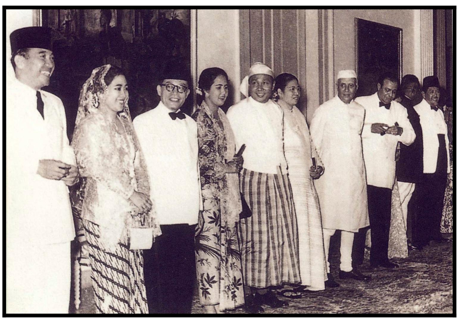 Recibimiento de los organizadores y sus esposas: Sukarno, Hatta, Unu, Nehru, Muhammad Ali, John Kotelawala, Ali Sastroamidjojo, en la conferencia de 1955  Tomado del Archivo de   Bandung Spirit