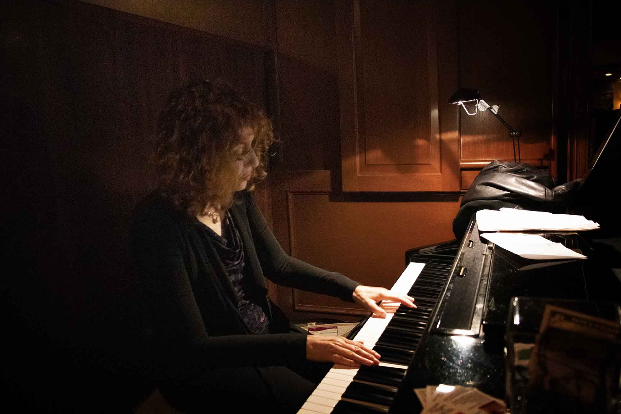 debbie poryes playing piano.jpg