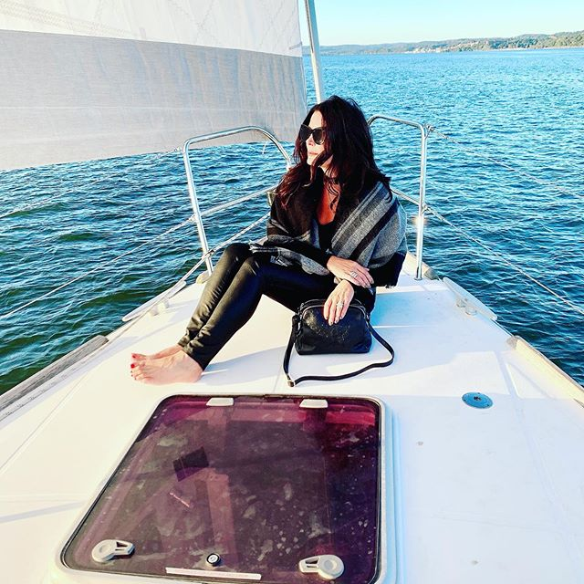 Best time sailing the Hudson on a gorgeous fall day! Always looking for fun activities and this @nyackboatcharter was the perfect way to spend a Saturday tasting the wine from @boisset.collection ❤️ this @bevinimodena handbag. Check out their handmade Italian leather bags and use KR30 for a 30% discount. • #sailing #handbagobsession #italianmade #hudsonriver #leatherbag #fashionista #fashionbloggerstyle #newyorkarea #wardrobestylist #handbagaddict