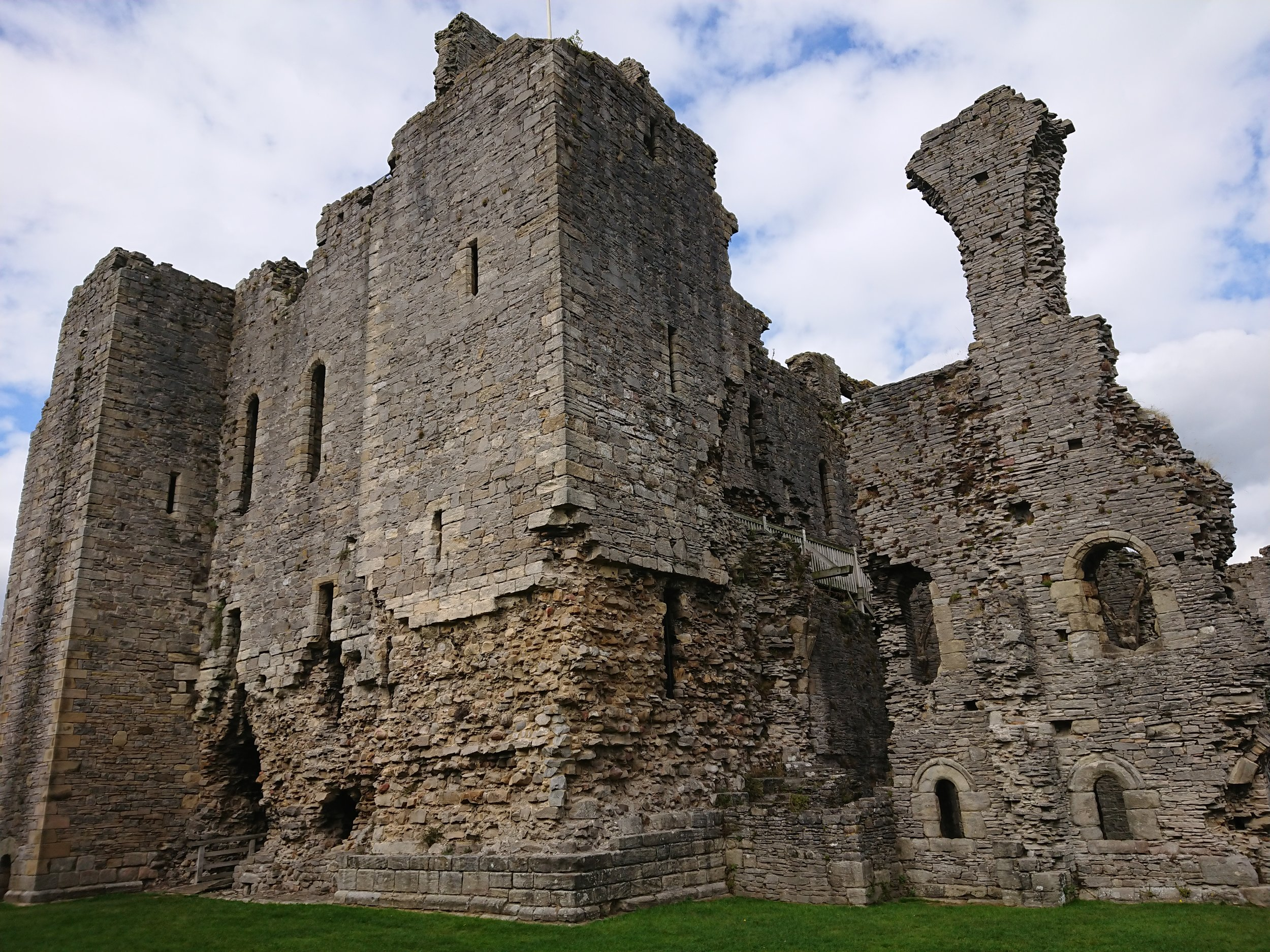 Middleham_Castle_-_The_Keep_or_Great_Tower_remains.jpg
