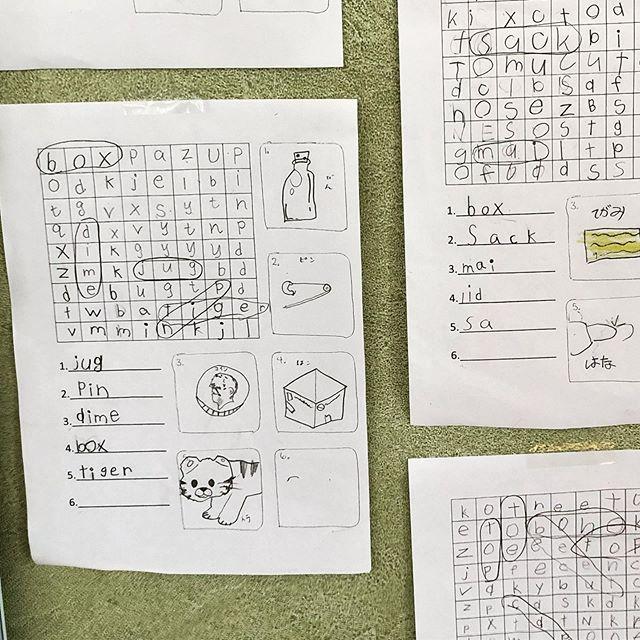 LW2, 三年生のクラスが word search を作りました。チームに2人、4チームでリレー1人は言葉を読んで、1人が聞いて、書いて、2人で正しく書いたかチェックして、交換をしました。出来上がりと他なチームにチャレンジをされて、勝負しました!ほとんど私が手を出せなかった 😁 #abcenglishschool #yamagata #英会話 #英語教室 #山形 #tbl #diylesson