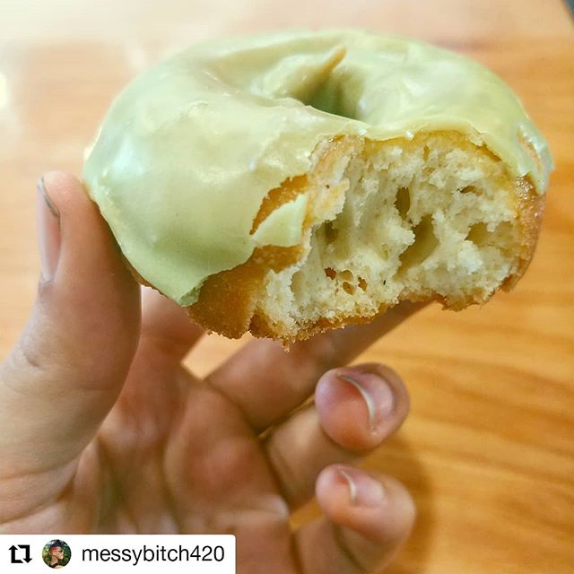 Mmmmmmmm.... doughnuts🍩🍩🍩 Drop by and grab a @vegandonutgelato doughnut today at @grandeurongrand. Vegan doughnuts, what could be better! 📸: @messybitch420  #mmmmmdonuts #grandeur #letseat #berkeley #oaklandvegan #oaklandfoodie