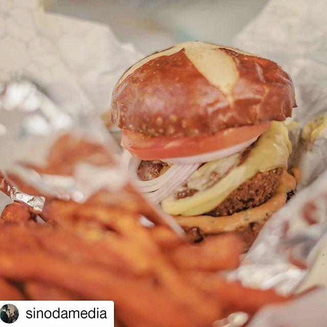 Falafel burger with a side of sweet potato fries....um yes please! 👋🏼#falafel #sweetpotato #hungryvegan 📸: @sinodamedia