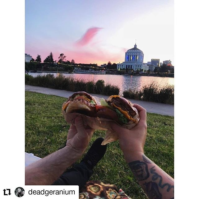 What is better than a burger with a view. 🌇 #picnic #lakemerritt 📸: @deadgeranium
