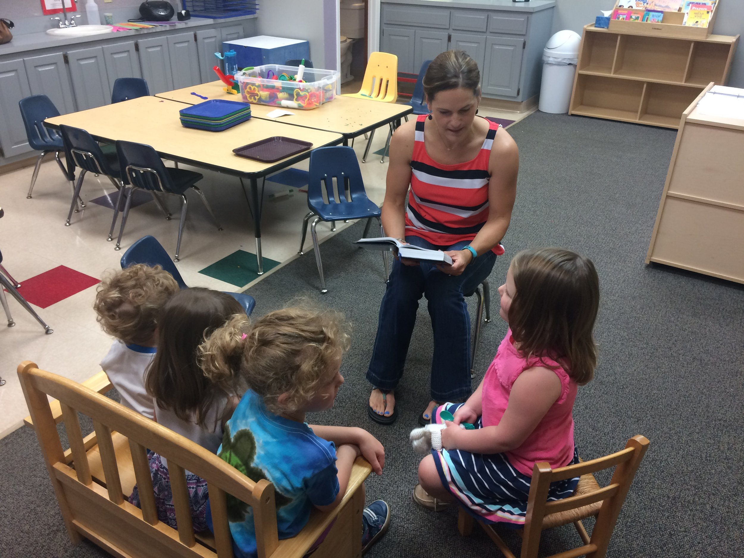 Lindsey reading to her students.