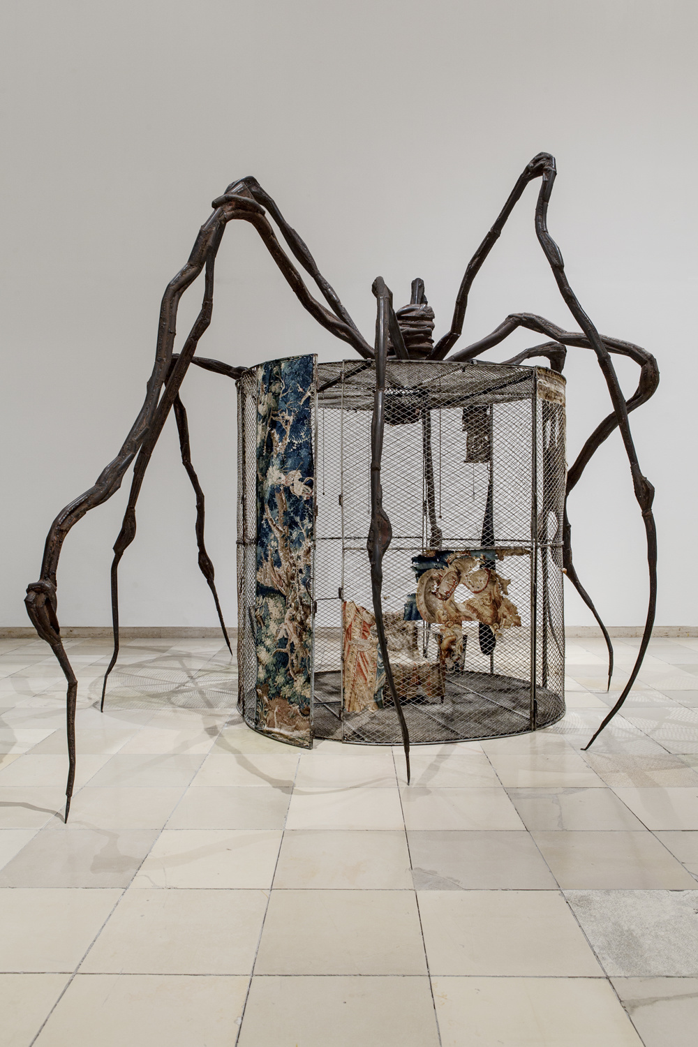 Spider (Cell), 1997. Steel, tapestry, wood, glass, fabric, rubber, silver, gold, and bone. Collection The Easton Foundation, New York. © 2017
