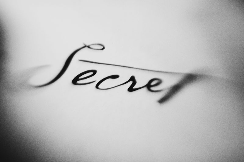 Monica-Galvan-photography_black-and-white_typography-words-lensbaby_secret