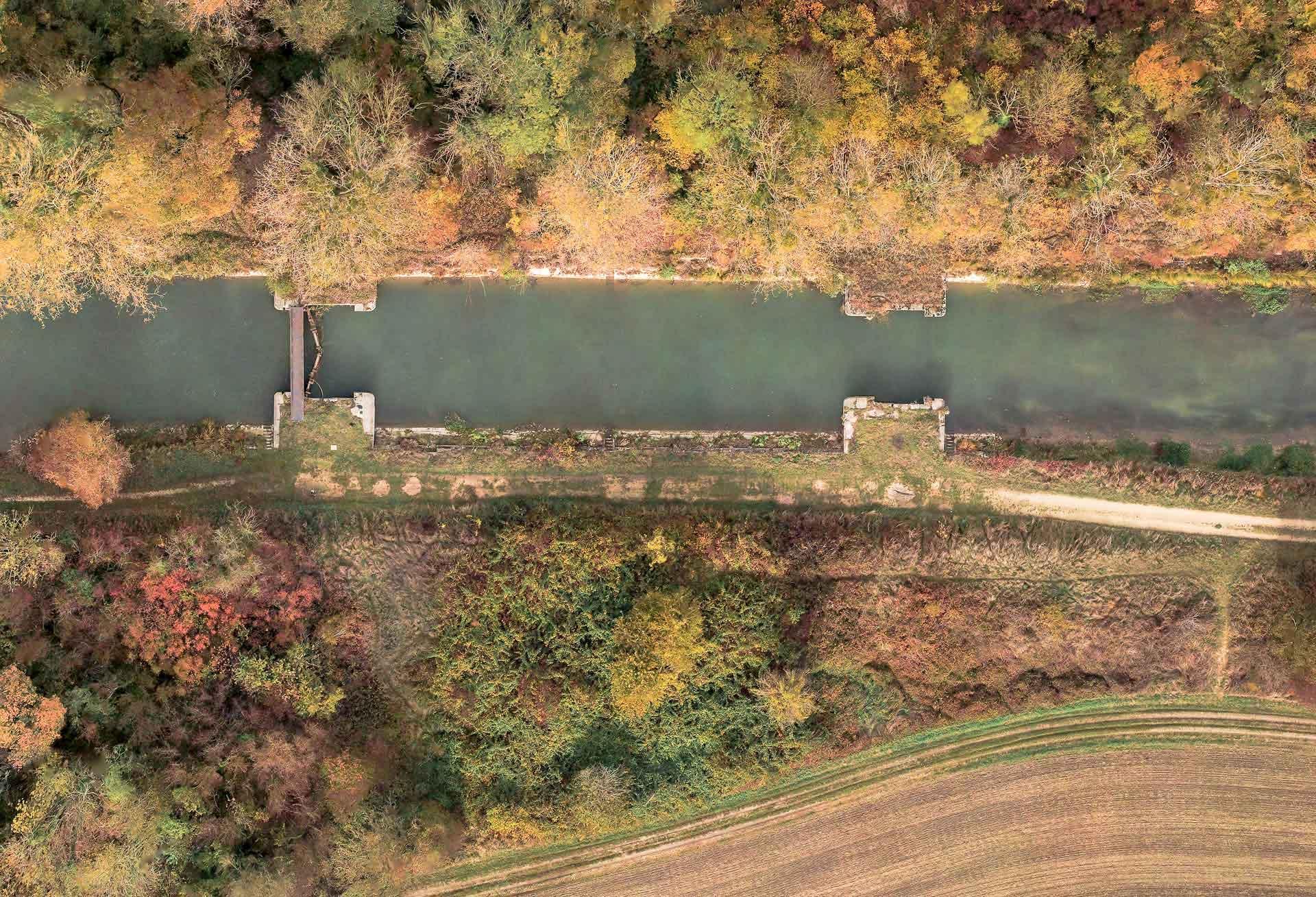 Inspections des canaux, rivières et plans d'eau - Précision < 5 cmAcquisition par drone spécialisé et accroissement de la précision par relevés de 20 cibles au sol au laser.Une bathymétrie est possible pour de faibles hauteurs d'eau