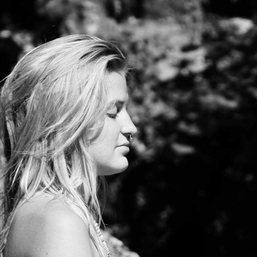 Julia Moon  ist Musikerin, Nomadin und Kriegerin des Herzens. Seit vielen Jahren schlägt sie mit ihrer Musik sowie kreativem Aktivismus Brücken zwischen den Menschen und ihrer Beziehung zur Erde. Ihre Songtexte und ihre Stimme wirken auf allen Ebenen und berühren tief im Herzen.